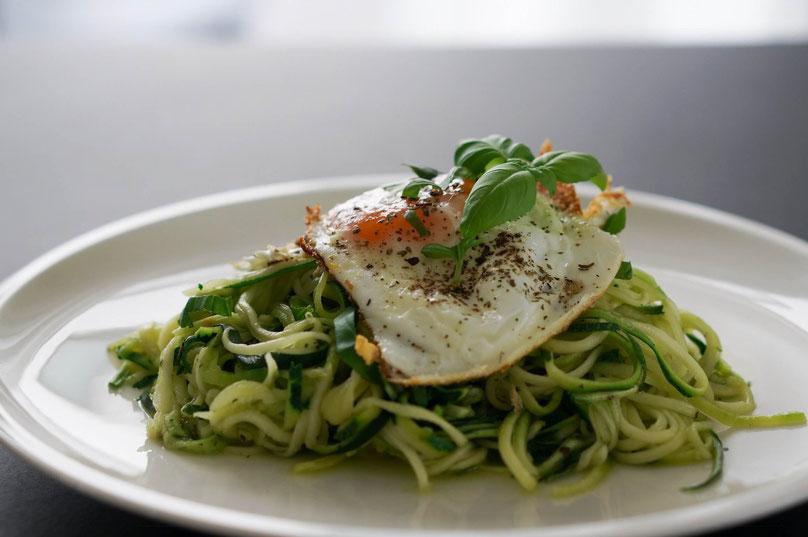 Zucchininudeln ailo e olio mit Spiegelei | vegetarisch & low carb