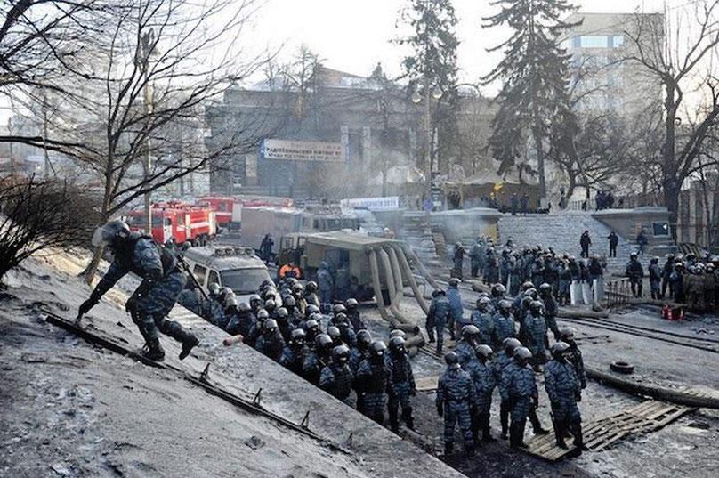 Нацмузей на тлі протистоянь на вулиці Грушевського, січень 2014 / Фото: EPA/UPG