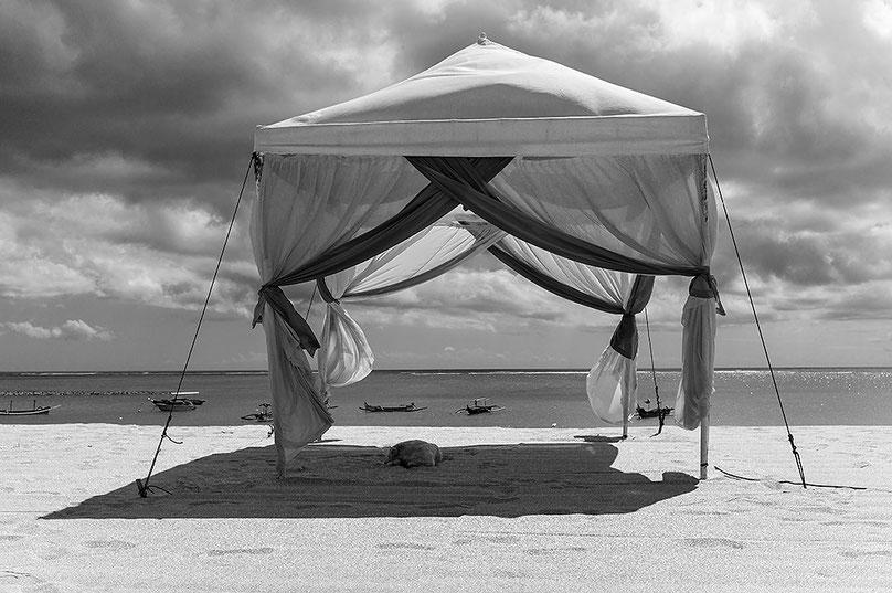 Urlaubsparadies: Pavillon am Strand von Kuta, Bali, Indonesien Aufgenommen mit LEICA M9 und 35 mm Biogon. Copyright 2013 by Klaus Schoerner