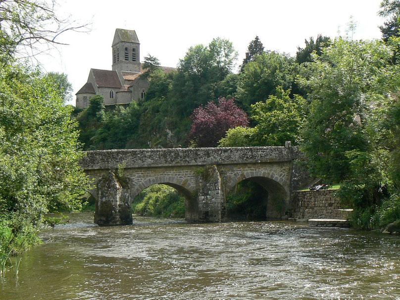 la rivière la Sarthe, le pont romain, l'église de s