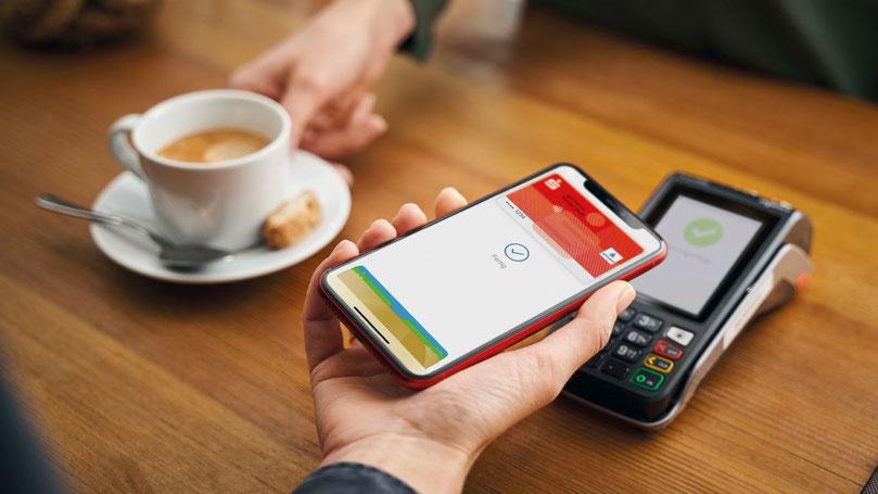 Ab sofort können Sparkassenkunden ihre girocard für mobiles Bezahlen mit ihrem Apple-Smartphone nutzen.