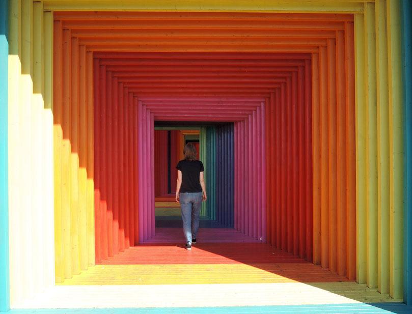 """Die begehbare bunte Skulptur """"Abweg"""" von Darko Caramello Nikolic. Foto: Christoph Schumann, 2020"""
