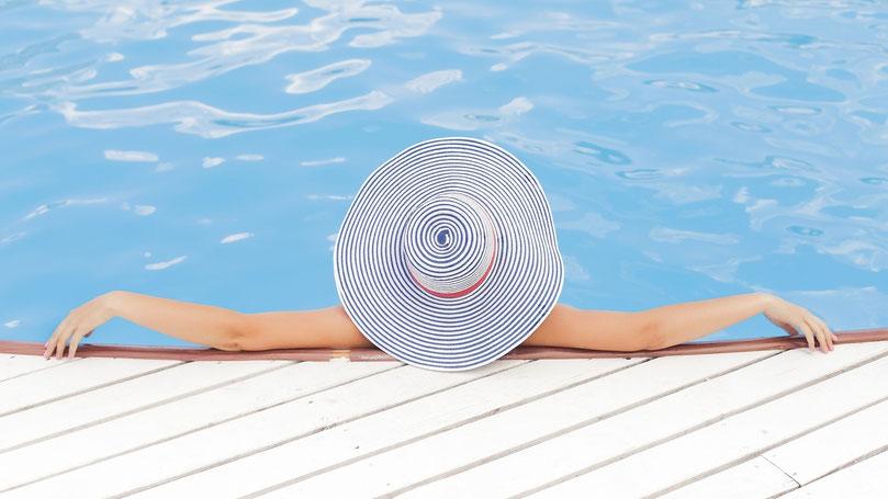 Entspannte Frau im Pool