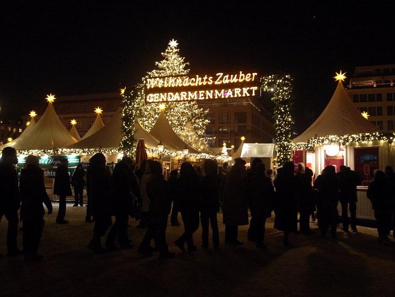 Gendarmenmarkt という広場のまわり。ここは大人が多いけど、可愛いプレゼントもたくさん売っているよ。