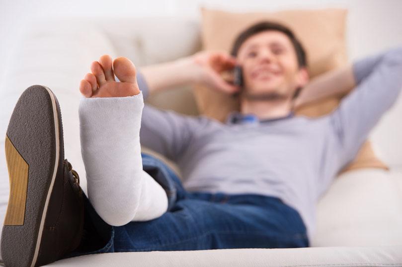 Krankenzusatzversicherung im Krankenhaus Mann mit gebrochenem Fuß bestens versorgt