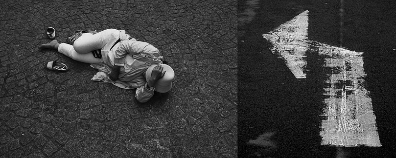 Mathieu Guillochon photographe, France, Ile de France, Paris, peronnage, femme allongée, chapeau, parvis de Beaubourg, flèche, signes, street photo, empreinte, noir et blanc
