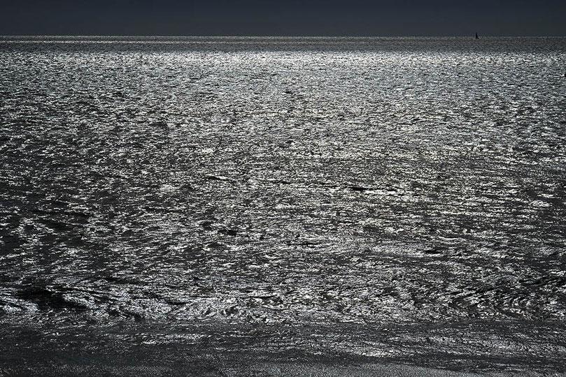 Mathieu Guillochon photographe, France, Normandie, Manche Saint-pair-sur-Mer, voyage, mer, rivage, littoral, marée haute, gris argenté, fin d'après midi, pleine mer