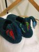Filzhausschuhe Modell Winnetou mit bunten Troddeln an der Fersenlasche dunkelblau