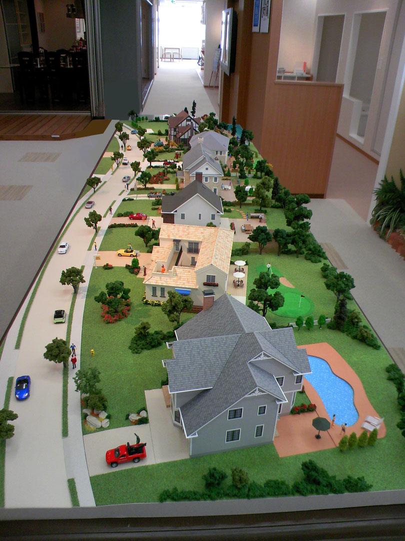 アメリカの住宅街をイメージした街並みの模型で、それぞれライフスタイル(住まい方)を楽しく表現しています。サイズはS=1/50で約1000㎜×3000㎜です。