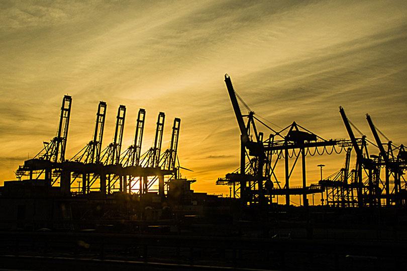 Het industriegebied bij de haven van Hamburg stak mooi af tegen de lucht van de ondergaande zon. Met matrix-meting op de ondergaande zon werden de kranen als silhouet weergegeven.