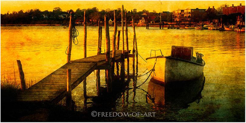 Kleines Boot im Abendlicht