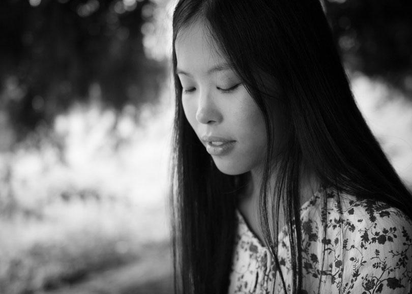 Ruhiges Bild einer asiatischen Frau mit geschlossenen Augen
