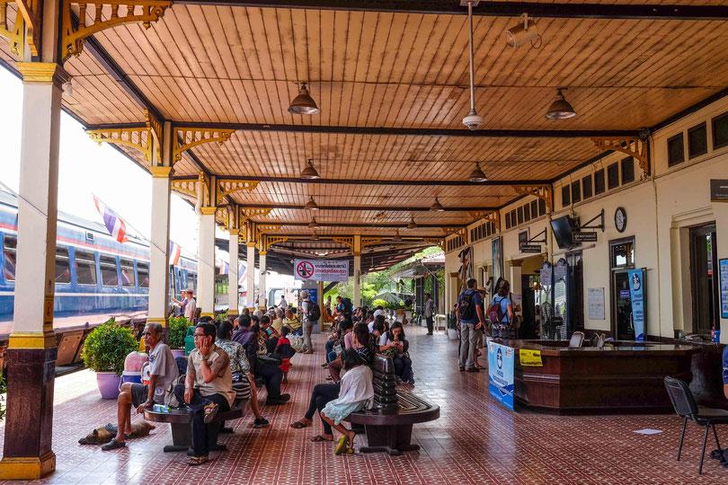 70 Kilometer nördlich von Bangkok befindet sich Ayutthaya und die Fahrt zurück hat uns pro Person nicht mehr als 2 Euro gekostet.