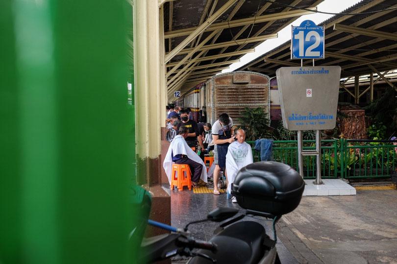 Am frühen Morgen findest du einen Friseurmarkt in der Nähe von Bangkoks Bahnhof
