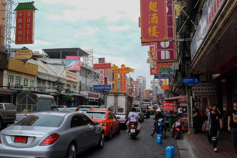Chinatown. Uns hat der Anblick umgehauen. Die Straße zeigt ein typisches Chinatown, wie wir es im Fernsehen oft gezeigt bekommen. Und Bäääm, wir biegen um die Ecke und sehen das Gewusel.