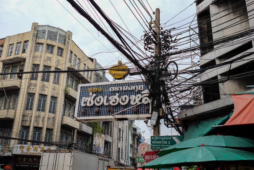 Ein typisches Bild in Bangkok. Neue Stromleitungen werden einfach über den alten angebracht und so weiter…