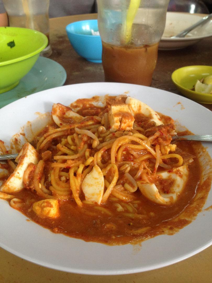 Malaiische Spaghetti mit Ei und Tomaten-Erdnuss Soße
