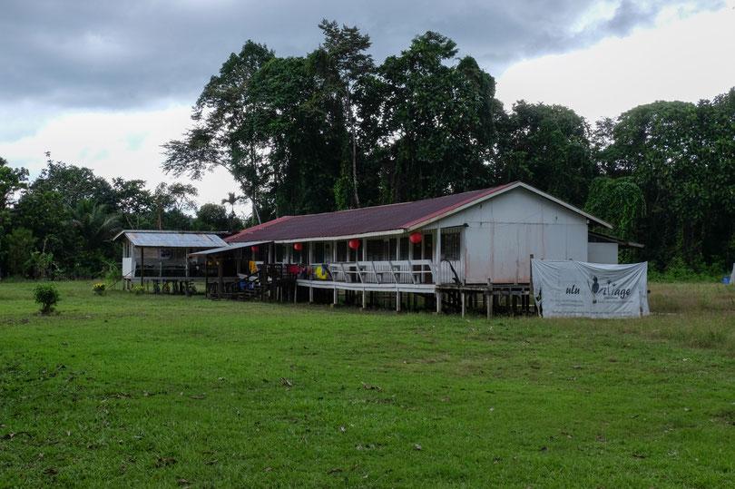 Unsere Unterkunft. Mulu Village mit den Besitzern Brenda und James. Strom gibt es nur von 18Uhr bis ca 23Uhr