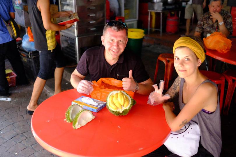 War das ein verrückter Tag mit unserem polnischen Freund. Hier schlachten wir eine Durian - scheußlich stinke Frucht. Achtung! Du stinkst den restlichen Tag als hättest du Knoblauch gegessen. Entweder du liebst oder hasst sie....