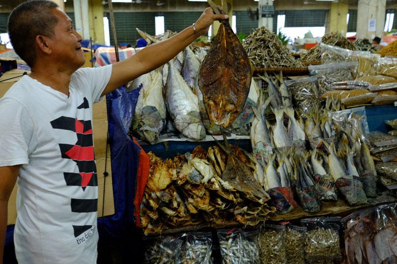 ganz stolz forderte er uns auf ein Foto von Ihm zu machen – getrockneter Fisch wird oft für Suppen verwendet
