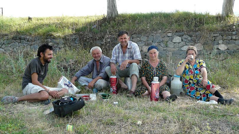 Malgre notre timing sere, nous prenons le temps de quelques pauses the sur l'invitation des paysans azeris
