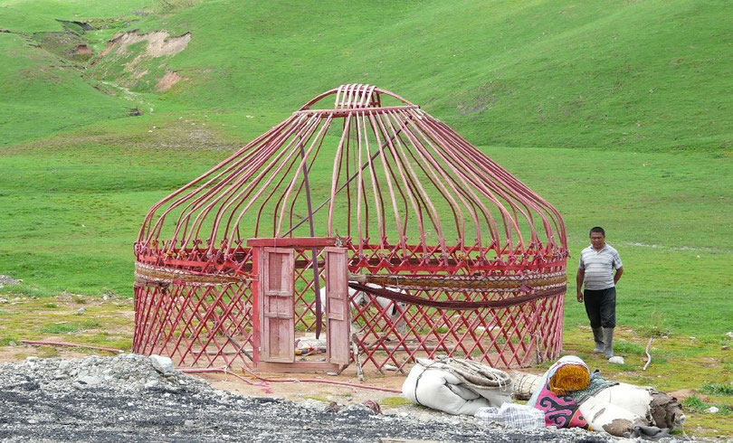 Montage de yourte. Les yourtes kirghizes different des mongoles car les linteaux du toit sont recourbes en bas, donnant plus de hauteur a la piece (on est expert en yourte attention)