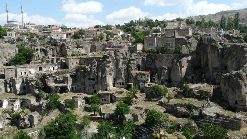 Guzelyurt et ses maisons taillees dans la roche
