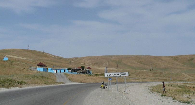 Juste apres Bakou, les paysages sont encore desertiques