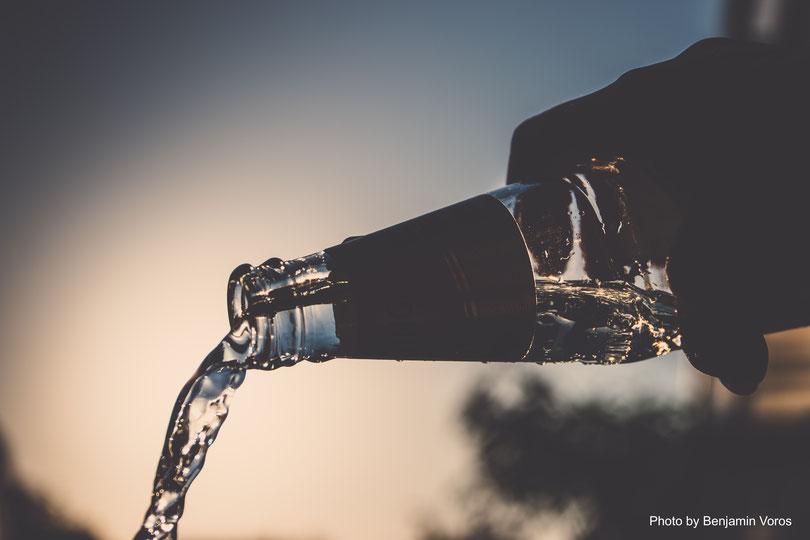 idratazione e bere acqua aiuta a mantenere la bocca sana