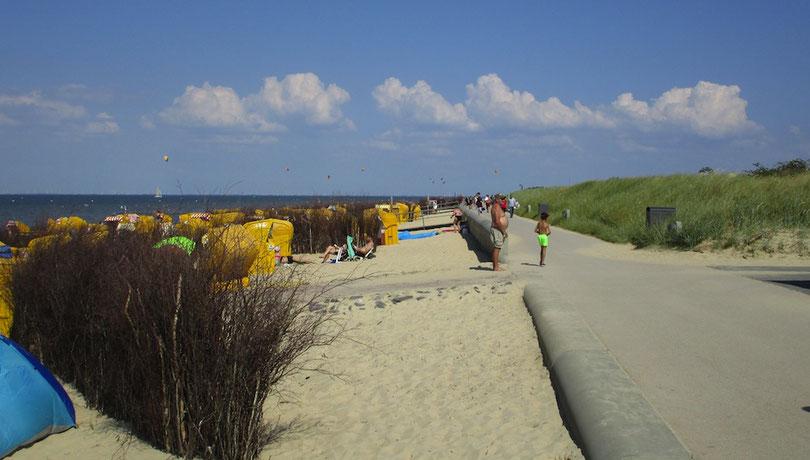 Der barrierefrei verlaufende Promenaden-Fußweg direkt am Sandstrand mit Blick auf die Nordsee und Elbe (Bild Juli)