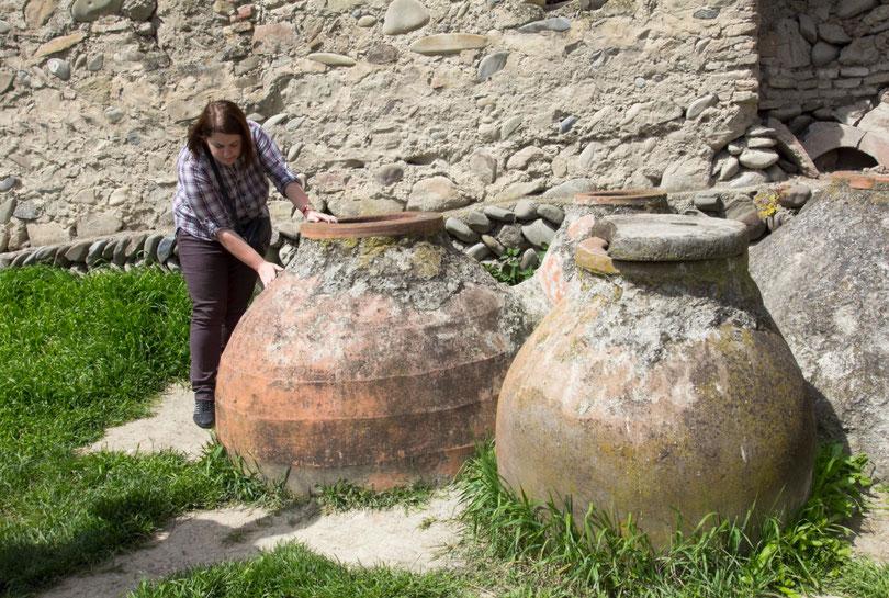 Senoviniai kvevri vyno ąsočiai / Foto: Kristina Stalnionytė