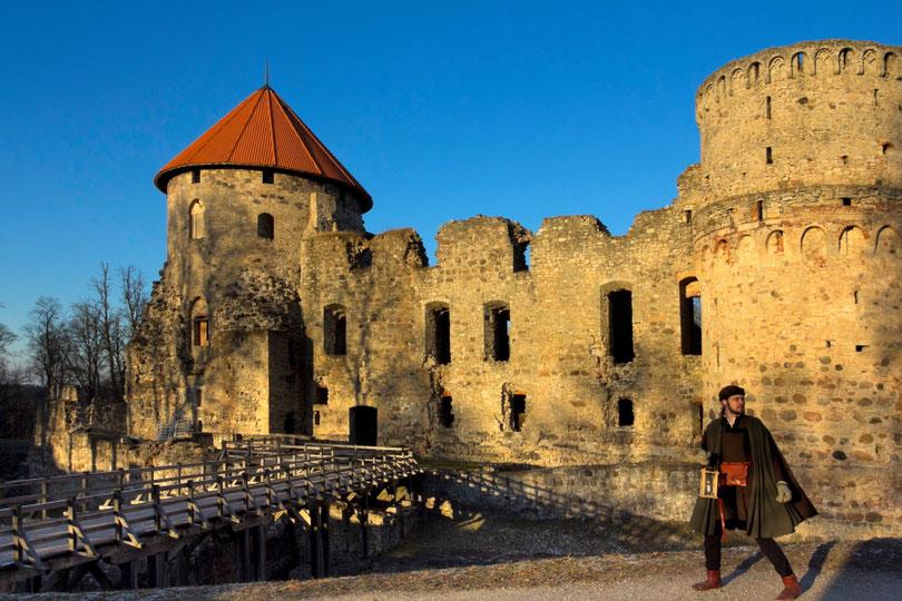 Brolis Dietrichas veda į Cėsių pilį / Foto: Kristina Stalnionytė