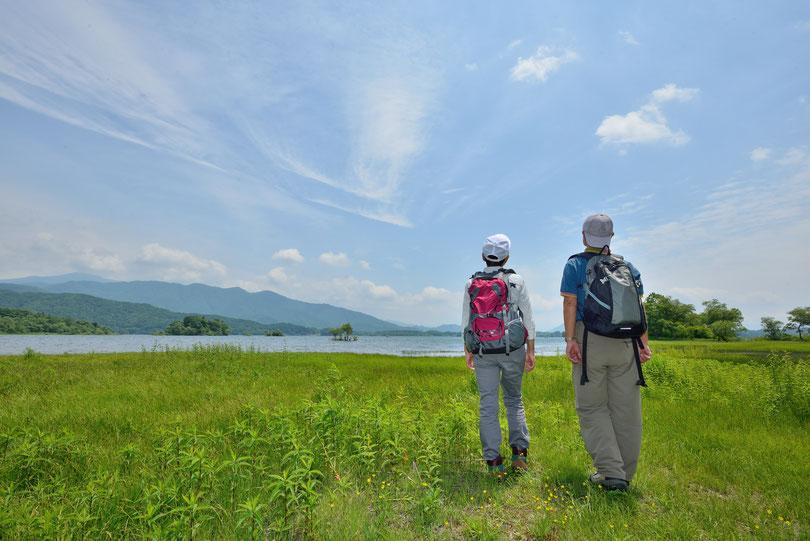 中高年 山歩き トレッキング 夫婦円満 青空 湖 湿原
