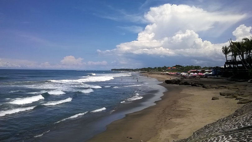 Gesunder Lebensstil: Surfer am Strand von Canggu (Bali)