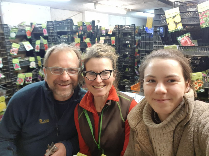 Wir stehen schon wieder die ganze Zeit im Dahlienkeller - damit Ihre Dahlien bald bei Ihnen eintreffen! (v.l.n.r.: Vater Dirk, Mutter Katrin und unsere jüngste Tochter Elisabeth Panzer (die letzte Woche 18 geworden ist!)