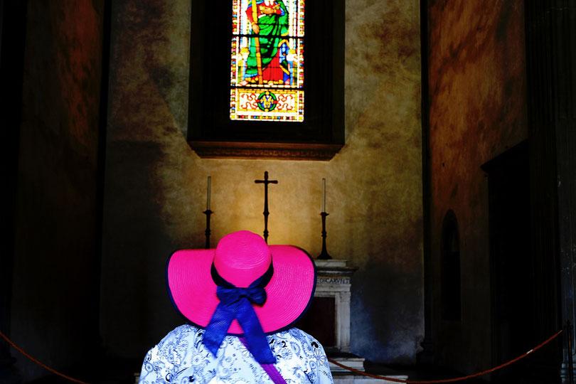Photographie, Italie, Toscane, Florence, église de Santa Croce, street photography, couleurs, chapeau, rose, fuschia, chapelle, vitrail, crucifix, touriste, voyage, lieu de culte, Mathieu Guillochon.