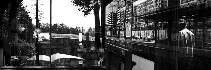 Mathieu Guillochon photographe, France, Ile de France, Versailles, Paris, reflets, Inside Outside, sur les lignes, gare, quais, vitrine, abri, noir et blanc