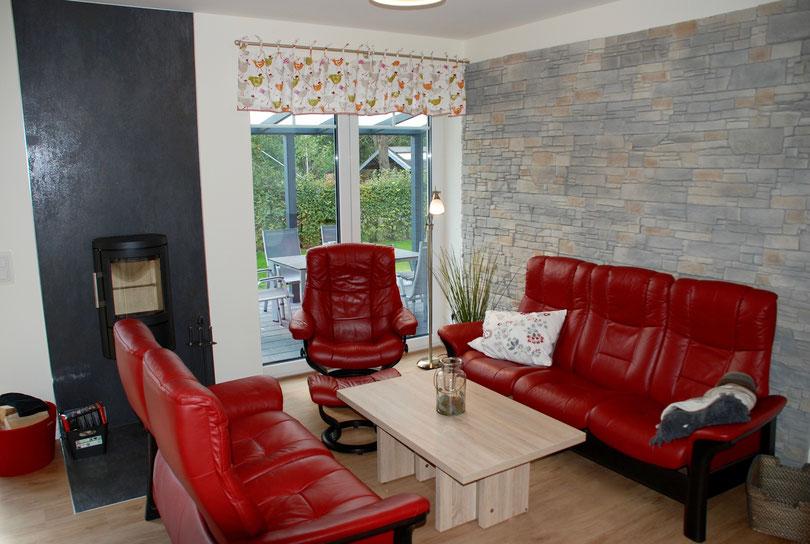 Wohnbereich mit Sitzecke und Holzbrennofen