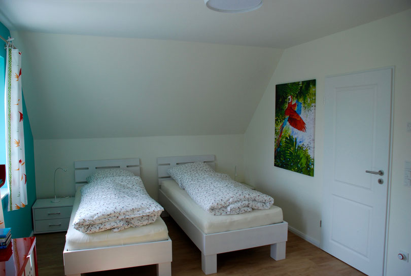 Schlafzimmer im Obergeschoss mit kindgerechter Einrichtung