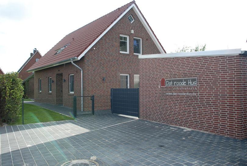 Parkplätze ( 2 ) und Eingangsbereich  von Dat roode Hus 1b