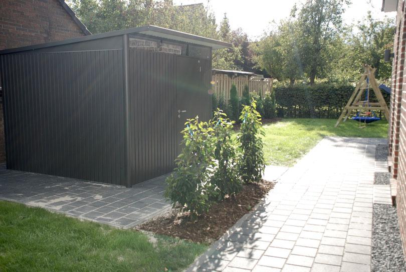 Blick auf die Süd - Ost - Seite mit Gartenhaus ( Unterstellplatz für Fahrräder , Sportgeräte usw. )
