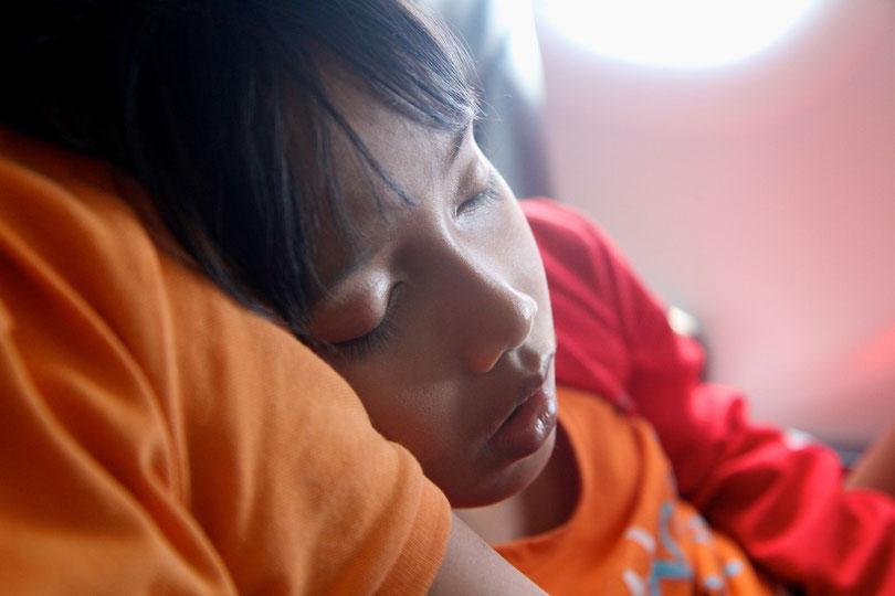 Schläfchen im Flugzeug nach Bandung (Java)