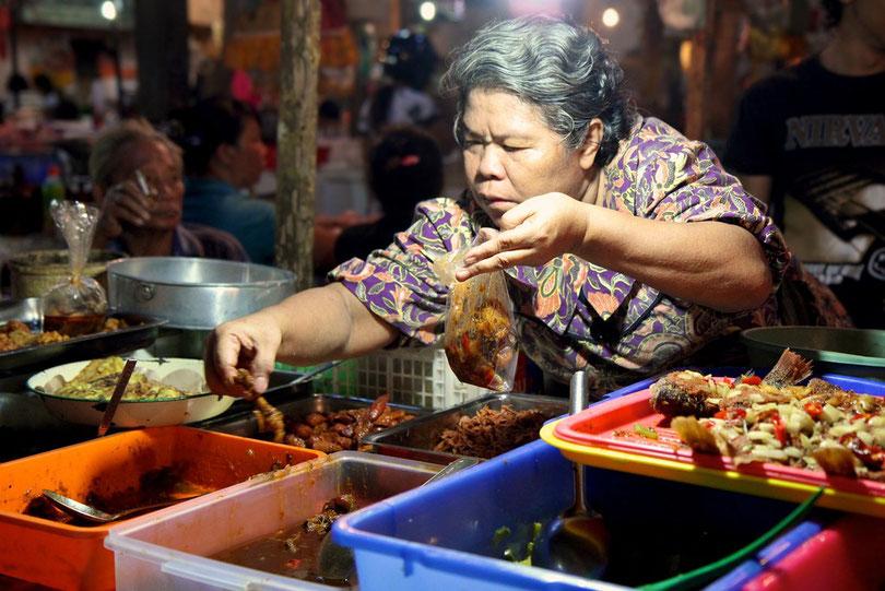 Sambal-Verkäuferin auf dem Morgenmarkt in Ubud