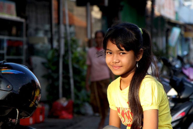 Warten auf die Mutter nach dem Morgenmarkt in Kuta