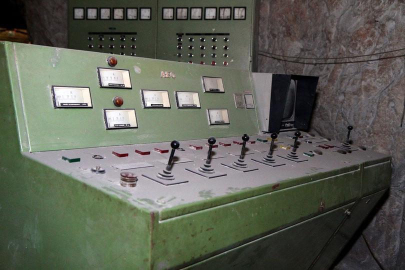 Asse: Wie aus einem Museum - Bedienpult des Verladekrans auf der 490m-Sohle über Kammer 8a, in der 1.293 mittelaktive Atommüllfässer liegen