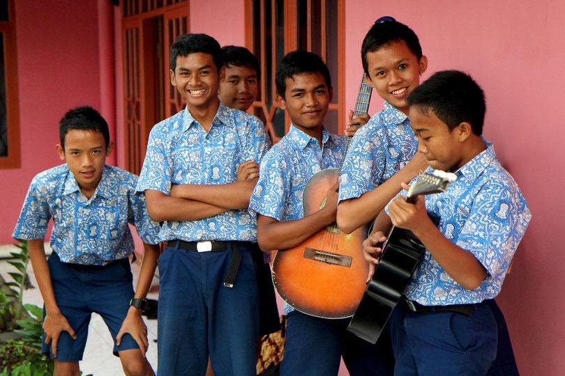Die Schulband der Oberschule von Ciparay (Java)