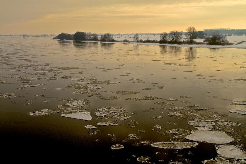 Dezember: Pfannkuchen-Eisschollen auf der Elbe an der Dömitzer Brücke