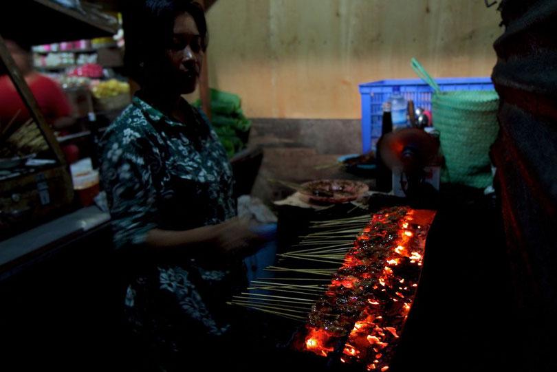Sate-Verkäuferin auf dem Morgenmarkt in Ubud