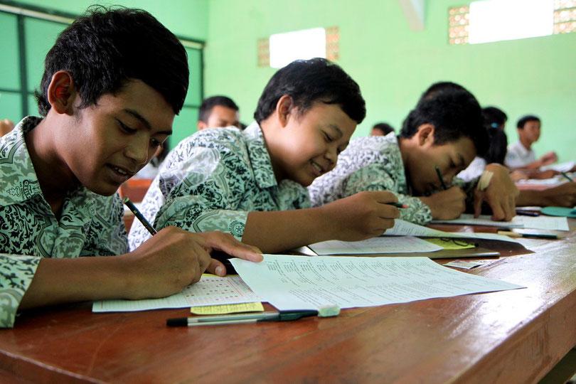 In der Oberschule von Ciparay (Java)