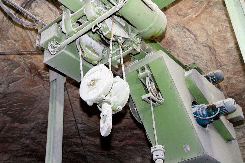 Asse: Salzverkrusteter Verladekran auf 490 m, mit dem bis 1978 mittelaktive Atommüllfässer in Kammer 8a abgeseilt wurden